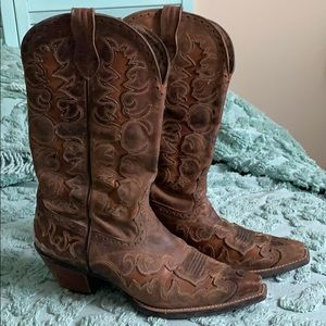 8.5 style#10007964 Ariat distressed cowboy boot.